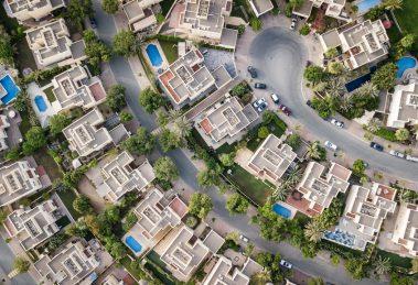 Mieszkania, które zostały sprzedane w Gdyni. Widać bogatą dzielnicę z lotu ptaka. Baseny, samochody itd.