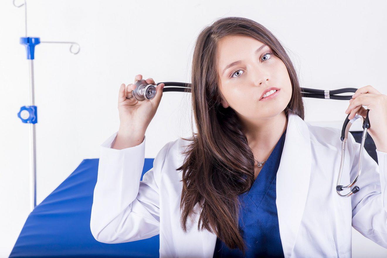 Dermatolog ze Świecia przyjmujący prywatnie i trzymający w ręku stetoskop